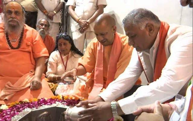 Yogi Adityanath And VK Singh